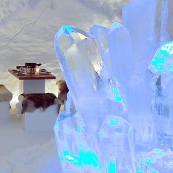 Fondue-Plausch im Schnee Iglu